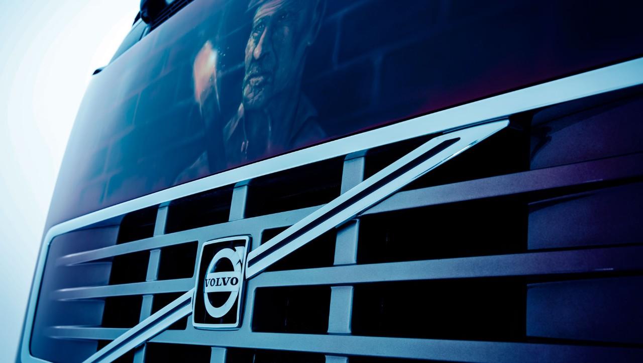 Volvo mekanikere gjør service på lastebil. Foto.